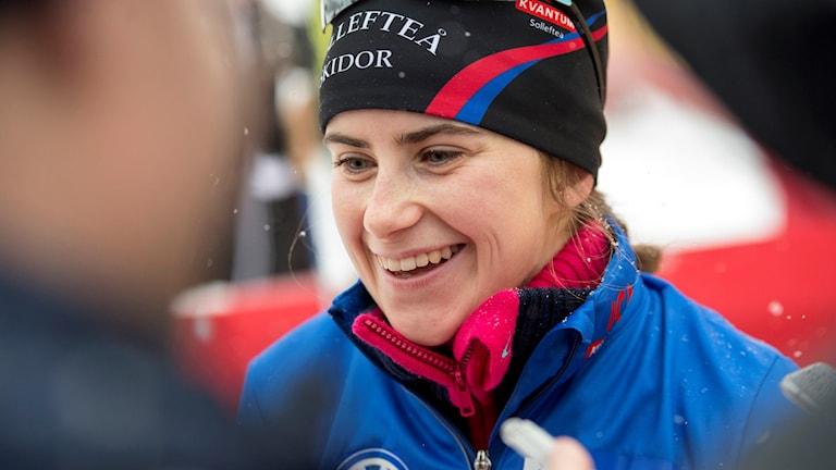 En strålande glad Ebba Andersson intervjuas efter målgång i Bruksvallarna. Foto: Ulf Palm/TT