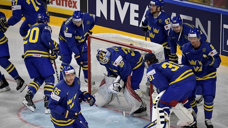 Tre kronor värmer upp inför matchen mot Tyskland under hockey-VM 2017. Foto: Janerik Henriksson/TT