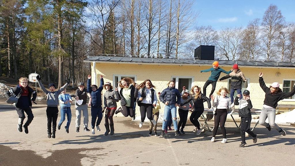 Eleverna i klass 5 på Gerestaskolan hoppar högt på skolgården i eftermiddagssolen efter vinsten i tredje kvartsfinalen. Foto: Kristina Russell