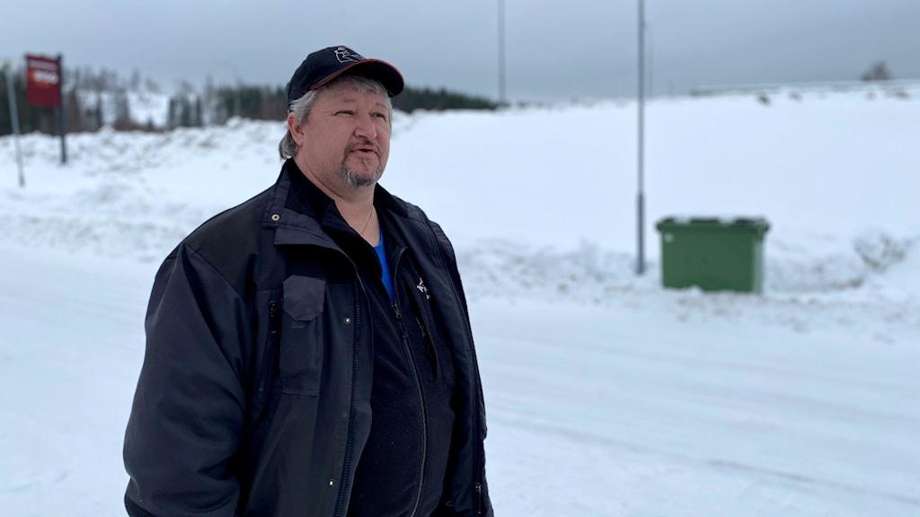 Mats Frånberg ordförande på Gudmundrå skoterklubb i Kramfors, står ute i snön.