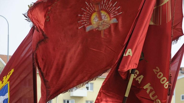 Första maj firas i hela länet, röda fanor vajar.