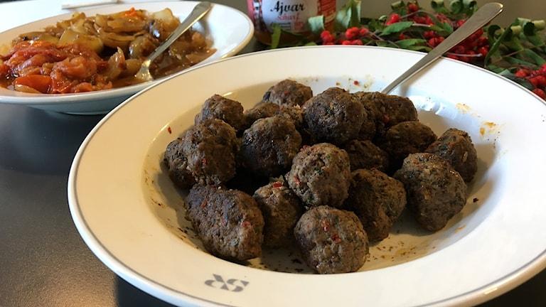 Libanesiska köttbullar med stekt lök och stekta tomater. Foto: Ann-Charlotte Carlsson/Sveriges Radio