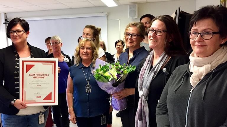Glad personal på neurpsykiatriska mottagningen i Sundsvall med diplom och blommor. Foto: Karin Lönnå/Sveriges Radio
