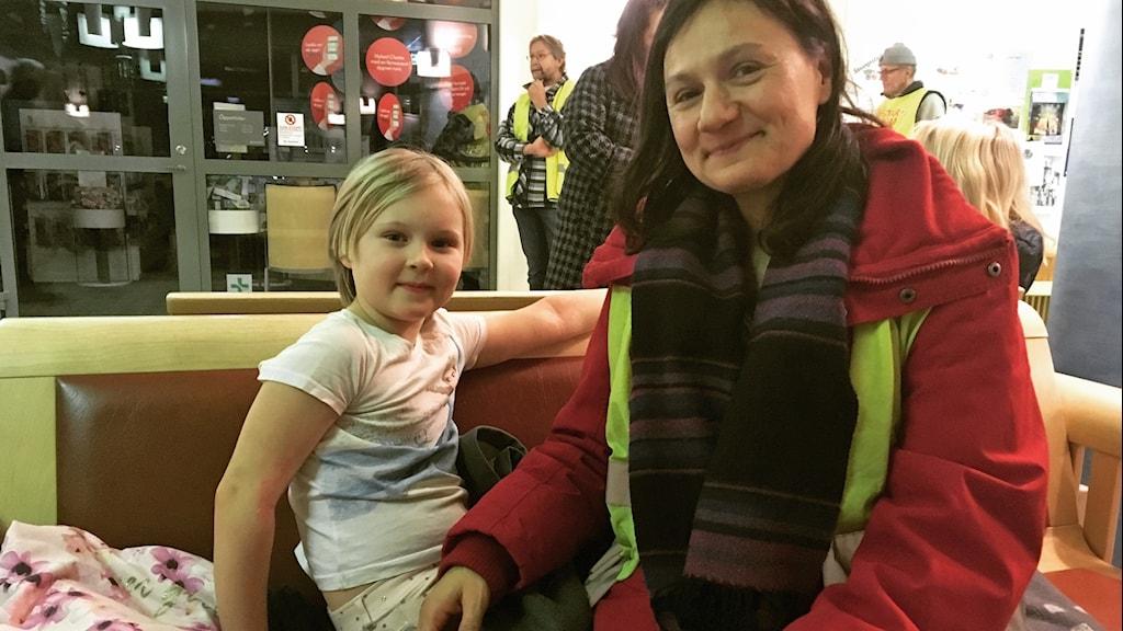 Noria och Khaware Larsson Momenai har bäddat för att övernatta i entrén på Sollefteå Sjukhus.