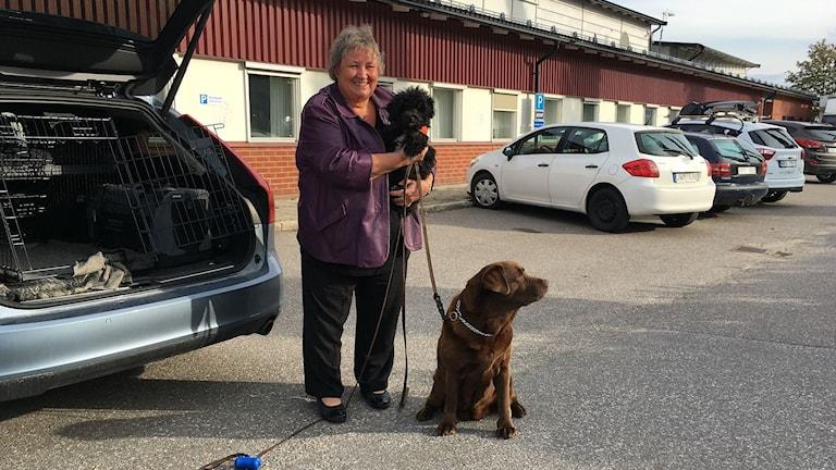 Elisabet Lassen med hundarna Tussen och Tyra