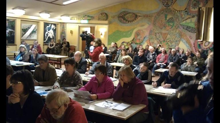 Det är minst ett hundratal åhörare på fullmäktigemötet ikväll. Foto Ulla Öhman.