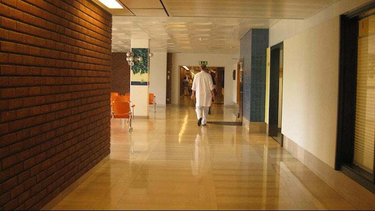 Läkare i sjukhuskorridor Foto Ulla Öhman