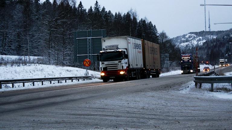 Lastbilar kör på E4:an  vid Örnsköldsvik.