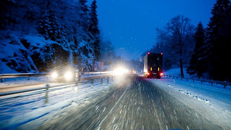 En snöig bilväg i skymning. Foto: Pontus Lundahl/Scanpix