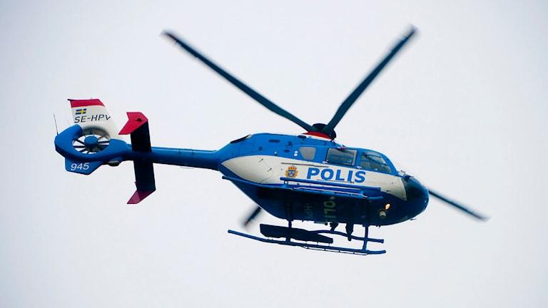 En polishelikopter flyger. Foto: Jonas Ekströmer/Scanpix