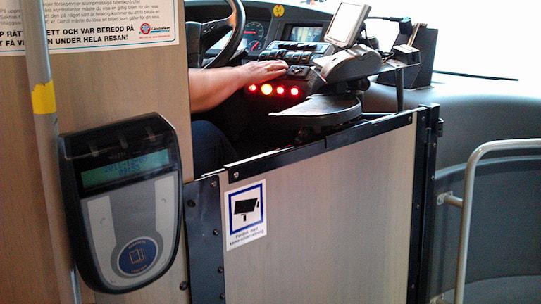 En förarplats och en kortläsare i en buss. Foto Tommy Engman/SR.