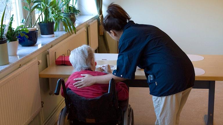 En kvinna håller en hand om en äldre kvinnas axlar. Foto: Henrik Montgomery/Scanpix