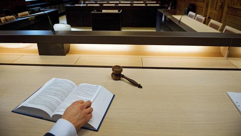 En domarklubba och en uppslagen lagbok i tingsrätten. Foto: Jessica Gow/Scanpix