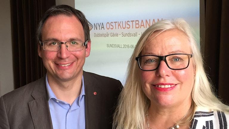 Styrelseordförande Peder Björk och vd Ingela Bendrot från Nya Ostkustbanan. Foto: Karin Lönnå/Sveriges Radio