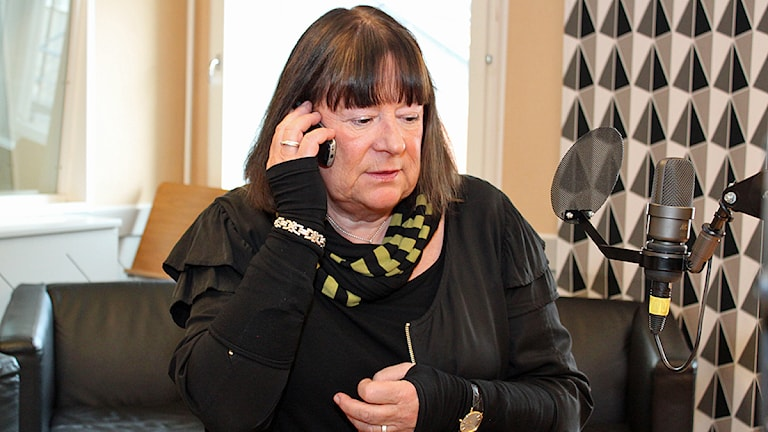 Många sökte Anna-Klara Asplund idag när det blev klart att Thomas Quick, numera Sture Bergwall, frias från mordet på hennes son Johan som försvann 1980. Foto: Karin Lycke