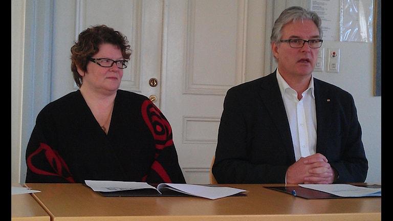 Inger Bergström, sjukhusdirektör i Sollefteå, och landstingsdirektör Anders L Johansson vid presskonferensen i dag. Foto Ulla Öhman