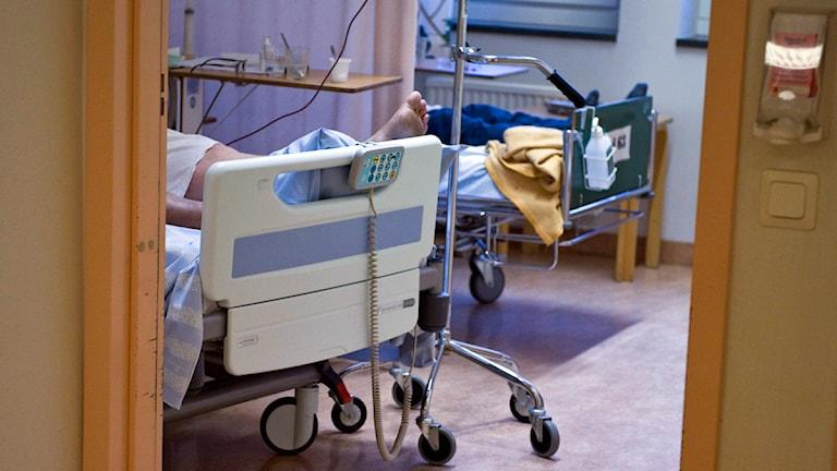 En patient ligger i en sjukhussäng. Foto: Bertil Ericson/Scanpix