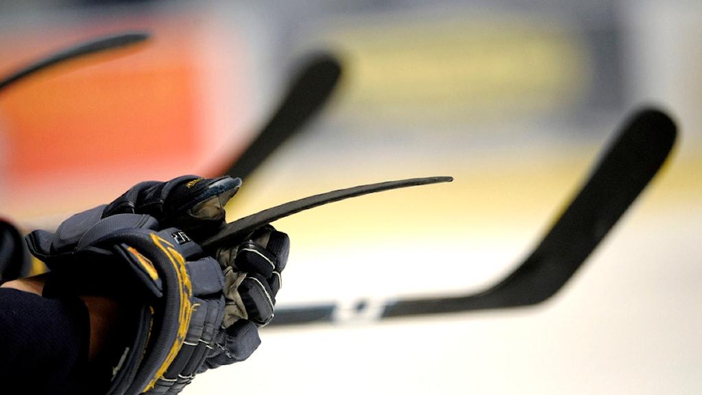 ishockeyhandskar och ishockeyklubbor. Foto: Janerik Henriksson/Scanpix