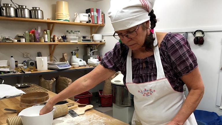 Ingrid Ölund mjölar bordet för att sätta igång utkavlingen av tunnbröd. Foto: Anton Kårén/Sveriges Radio