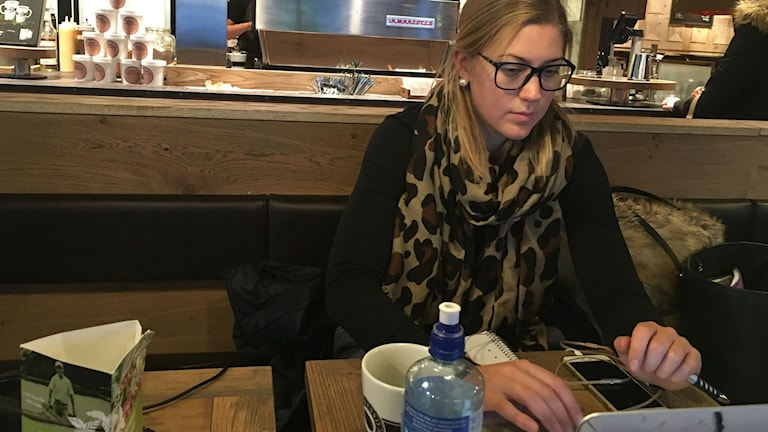 Erika Grahm sitter och pluggar på ett café i Örnsköldsvik.