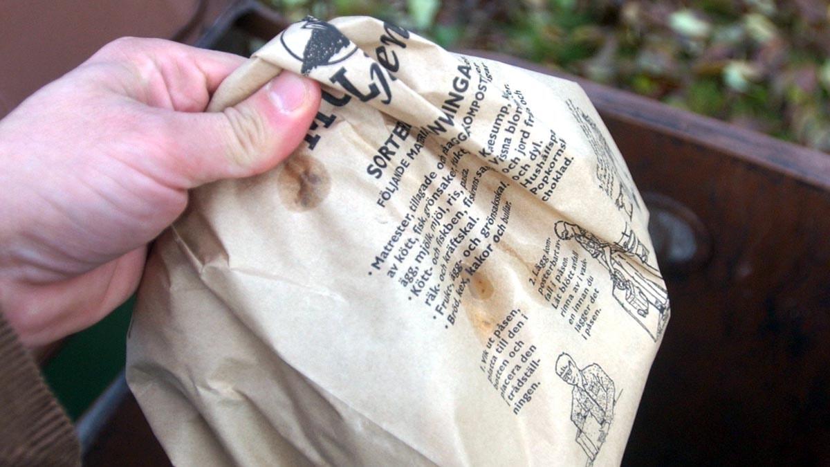 En brun papperspåse med matavfall i. Foto: Fredrik Sandberg/Scanpix