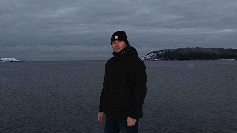 Martin Hanell med ett vintrigt, kallt hav i bakgrunden. Foto: Peter Hansson/Sveriges Radio