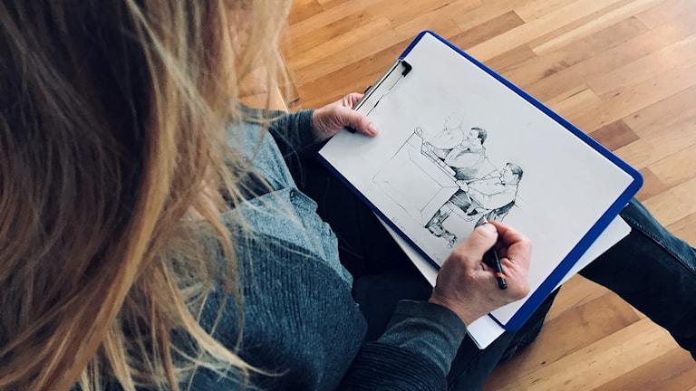 kvinna som illustrerar två män under en rättegång