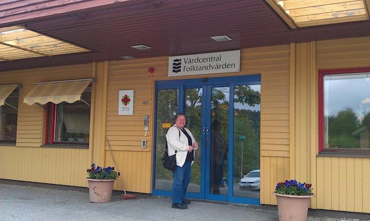 Irene Örtendahl på väg in till vårdcentralen i Nyland. Foto Ulla Öhman