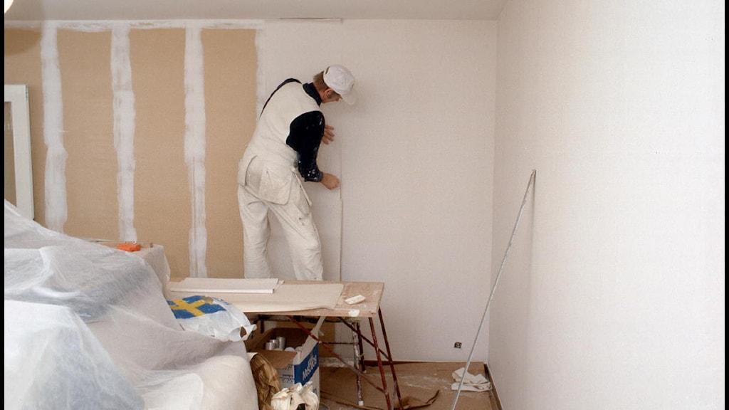 Man som målar Foto: Bengt O Nordin/SVT arkiv