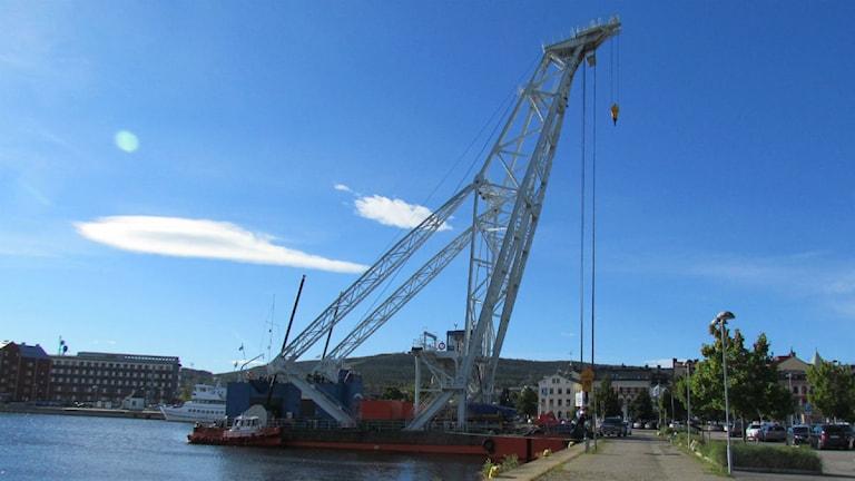 På bilden syns en stor kran som är redo att bogseras ut för att användas när högbron ska på plats. Foto: Matilda Jansson