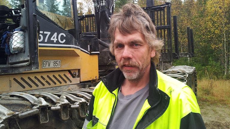 Per Asp är orolig för stölder i hemmet utanför Junsele som står tomt när han kör skogsmaskin elva mil därifrån. Foto: Karin Johansson