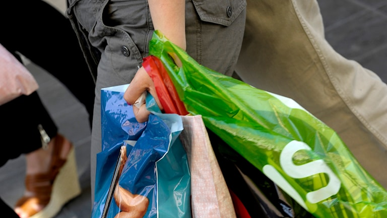 En kvinna med många plastkassar efter en shoppingtur. Foto: Janerik Henriksson / SCANPIX