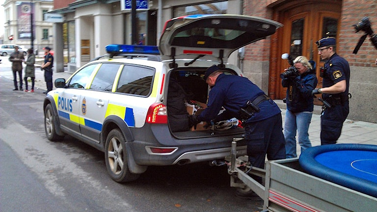 Polisen packar in beslag från den illegala spelklubben i bilen. Foto: Christer Suneson