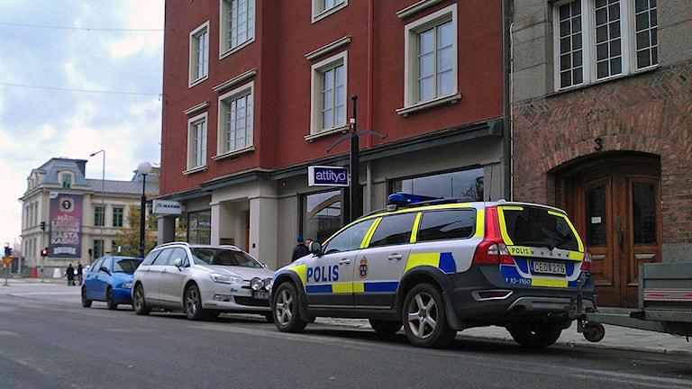 Byggnad på Storgatan i Sundsvall. På gatan utanför står en polisbil. Foto: Christer Suneson
