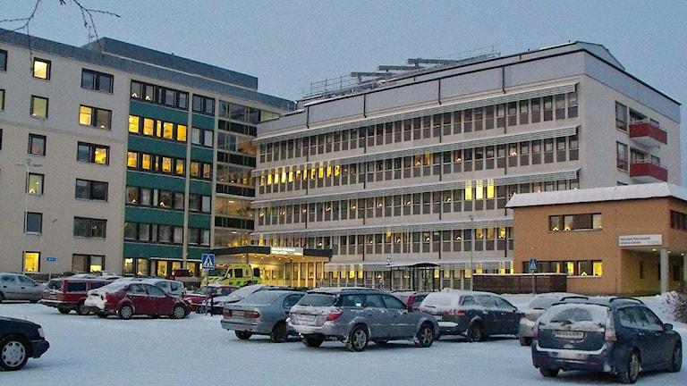 Härnösands sjukhus med solfångare på taket. Foto: Ulla Öhman