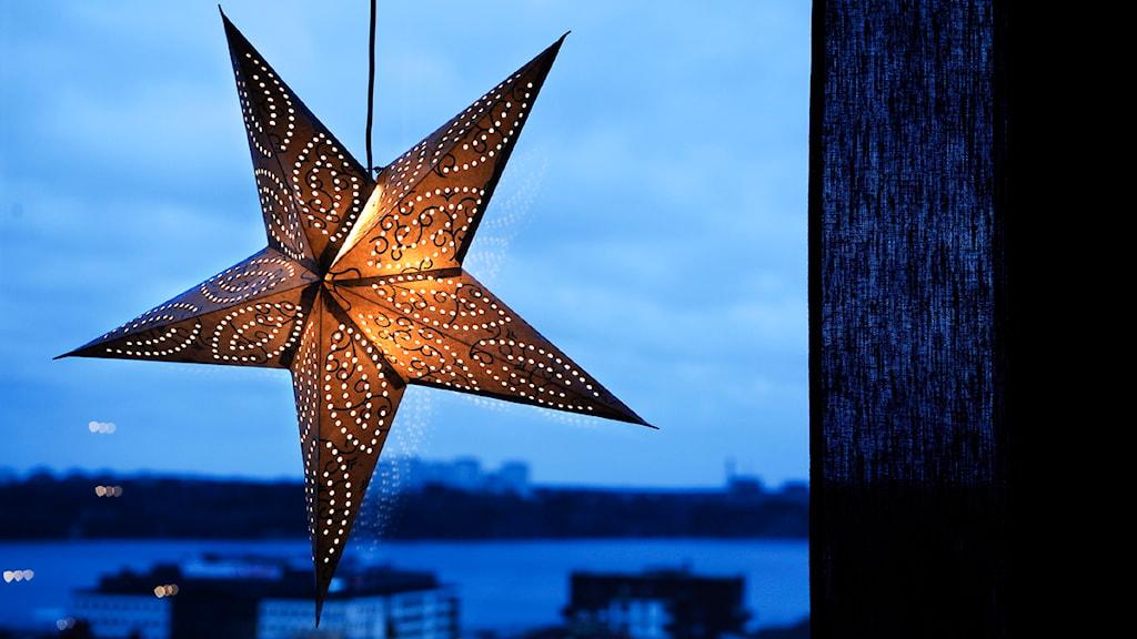 En adventsstjärna i ett fönster. Foto: Anders Wiklund / SCANPIX