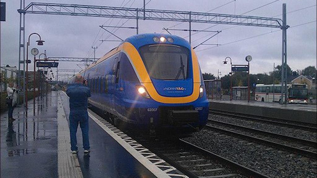 ett av norrtågs tåg kommer in vid Härnösands station. Foto Ulla Öhman