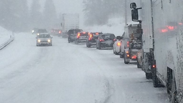 Bilkö E4 snöoväder norr om Älandsbro oväder totalstopp Långtradare fast Saltviksbacken