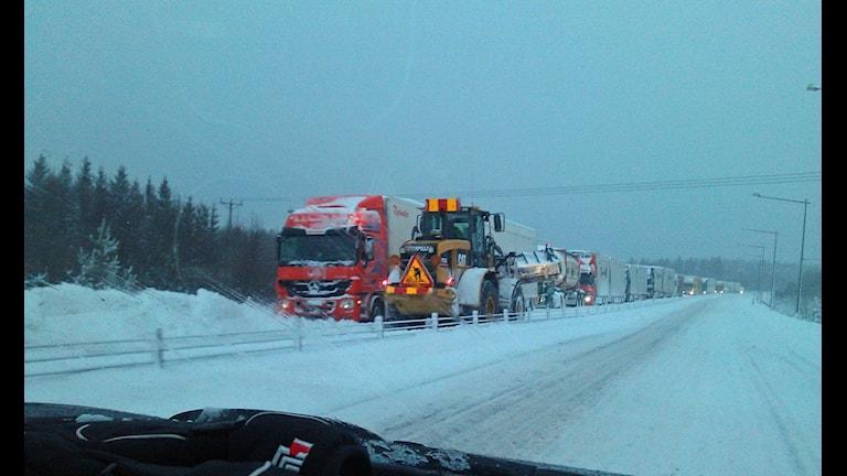 Lastbilar fast i snön på E4 i Timrå. Foto: SR-Västernorrland
