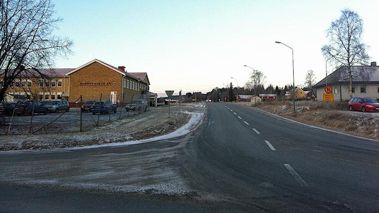 Det ska skapas en förbättrad trafikmiljö kring Haffstaskolan i Överhörnäs i och med ombygnationen. Att man inte gör någon ny vägsträckning innebär att broarna i närheten av Sidensjö blir kvar. Foto: Elenor Nordström