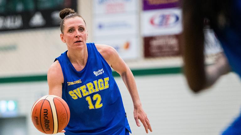 Basketspelaren Anna Barthold på en träning med svenska landslaget.