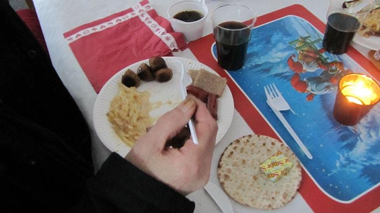 Hemlös man äter julbord. Foto: Pontus Hellsén