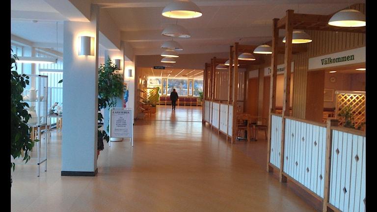 Huvudkorridoren på Härnösands sjukhus, här finns en lunchmatsal med café kvar. Foto Ulla Öhman