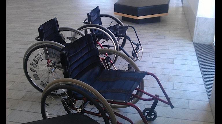 Rullstolar står parkerade i en hall. foto Ulla Öhman