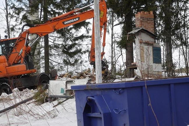 Resterna av sommarstugorna framtas bort i containrar. Foto Stig Edfast