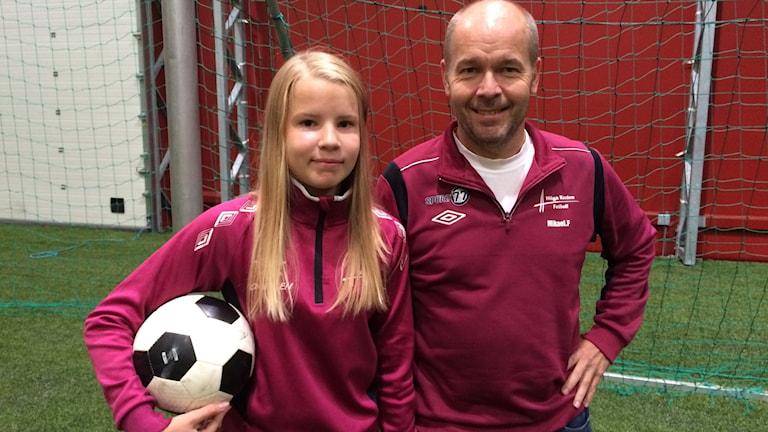 Lina Forsgren 13 år spelar för Höga Kusten fotboll, med sin pappa Mikael Forsgren som tränare.  Foto: Ingrid Engstedt Edfast/SR