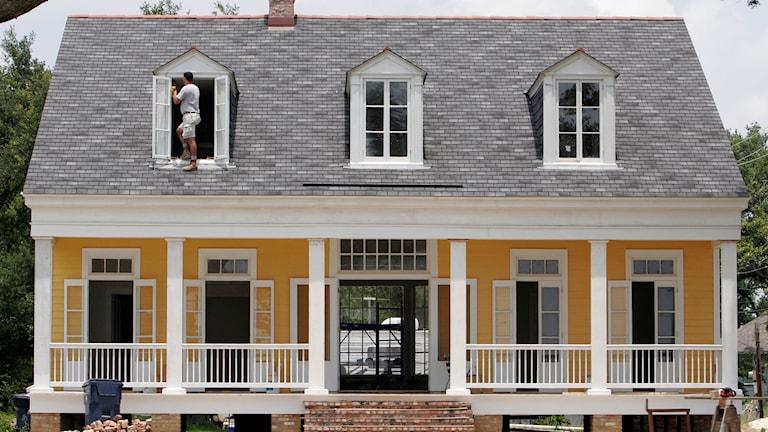 Ett hus med typisk amerikansk veranda byggs i New Orleans. Foto: Alex Brandon/AP/TT