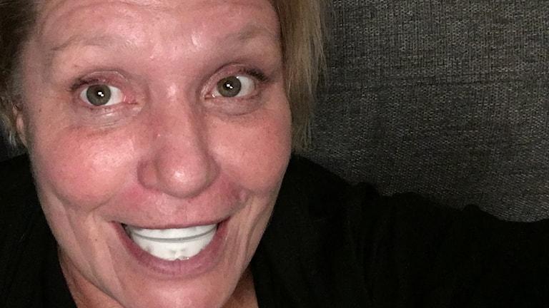 Tandblekningsskenor i munnen.
