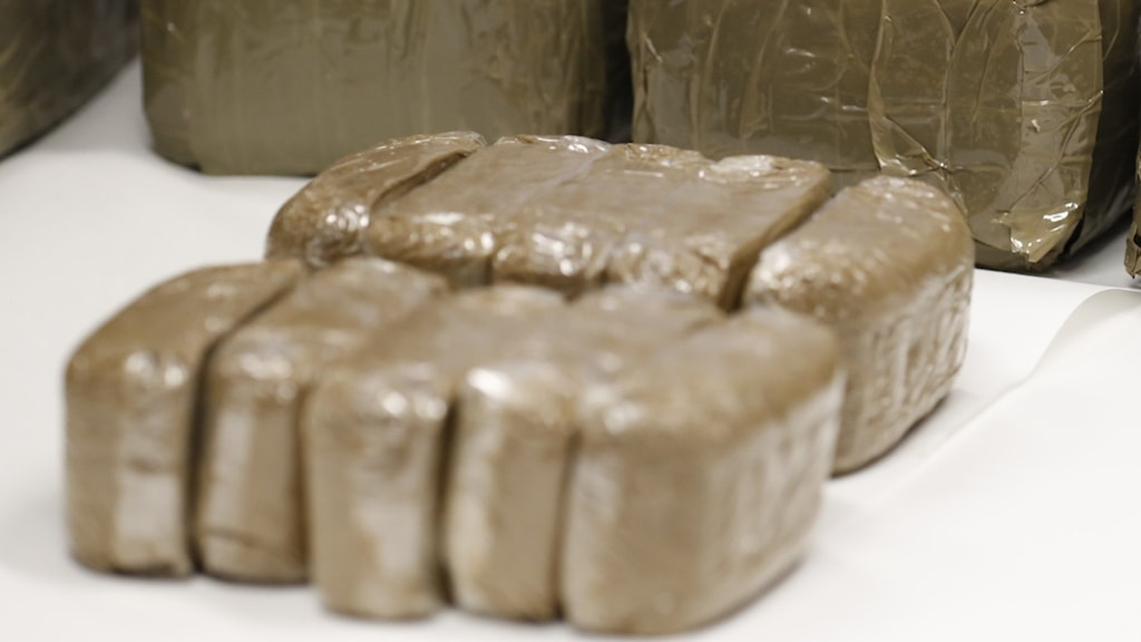 Flera kilo hasch i tejpade kakkor som tagits i beslag av polisen. Arkivbild från annat beslag.