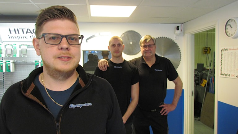 Linus, Emil och pappa Kalle Nordström står i sin butik.